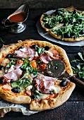 Angeschnittene Pizza mit Schinken und Mozzarella