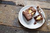Schokoladen-Vanille-Brownie, angebissen, auf Teller mit Gabel