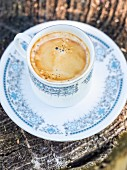 Tasse Kaffee in einem Garten