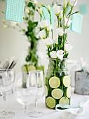 weiße Rosen im Glaskrug mit Limettenscheiben als Tischdeko