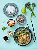 Hähnchen-Nudel-Salat mit Zutaten (Asien)