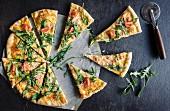 Geschnittene vegetarische Pizza mit Käse und Rucola