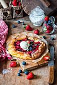 Beerenpie mit Erdbeeren, Heidelbeeren und Eis