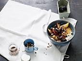 Cashew-Porridge mit Pflaumen und Brombeeren