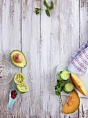 Chiliflocken, Ausgepresste Limette, Avocado, Gurke, Melone und Minze