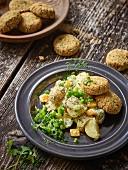 Falafelplätzchen mit Salsa und Cashew-Kartoffelsalat
