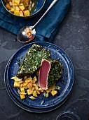 Thunfisch mit Kräutermantel und Mangosalat