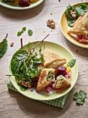 Zillertaler Schlutzkrapfen mit Blattsalat und Kompott von bunter Bete