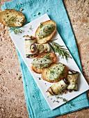Auberginenröllchen und Crostini mit Garnelentatar