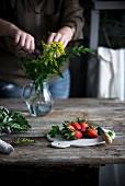 Frische Erdbeeren auf Schneidebrett und Holztisch in Landhausküche
