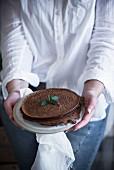 Frau serviert Schokoladenpfannkuchen