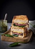 Gegrilltes Sandwich mit Käse, Schinken, Pesto und Spinat