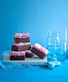 Marshmallow-Brownies vor blauem Hintergrund
