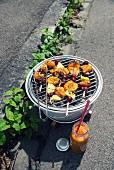 Gegrillte Fruchtspiesse mit Sweet-BBQ-Sauce