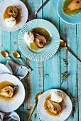 In Apfelwein gebratene Birnen mit Vanilleeis