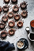 Paleo-Bananen-Donuts mit Schokoladenglasur (Aufsicht)