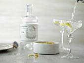 Gin Martini mit Zitronenschale