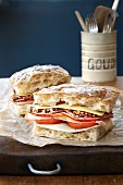 Muffuletta Sandwich mit Wurst, Käse und Tomaten