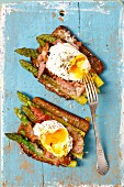 Wholemeal bread with asparagus, bacon and poached egg