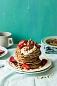 Ein Stapel Ricotta-Pancakes mit Erdbeeren, Rhabarber und Joghurt