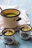 Bärlauchcremesuppe mit Croûtons in Emaillegefässen