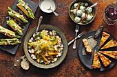 Tacos mit Avocado, Romana-Salat und Parmesan, Oktopus-Carpaccio mit Fenchelsalat und Orangen, Ziegenkäse-Basilikum Pralinen und Kartoffel-Tortilla mit Chorizo, Tomaten und Erbsen