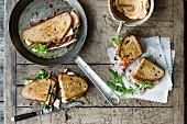 Röstsandwiches 'Monsieur' mit Preiselbeeren, Schinken und Weichkäse, 'Tonnato' mit Thunfisch und Rucola und 'Oriental' mit Aubergine, Hummus und Feta