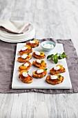 Safran-Toast mit Tomatenchutney, Mandarinen und Creme fraiche
