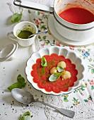 Tomatensuppe Caprese mit Mozzarella