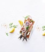Matjes auf Knäckebrot mit Zwiebelringen, Dill und Zitrone