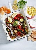 Griechische Fleischbällchen mit Tomaten, Gurken und Feta