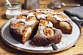 Versunkener Apfelkuchen mit Vollkornmehl und Kokosblütenzucker, angeschnitten