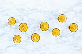 Mango-Popsicles in Gläsern auf Marmoruntergrund (Aufsicht)