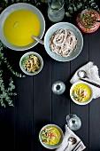 Goldene Fenchelsuppe mit Sobanudeln und Gemüse-Pickles dazu Weisswein