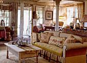 Einzimmerwohnung mit antiken Möbeln und morbidem Charme