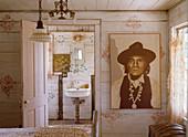 Bild eines Indianers mit Hut im Schlafzimmer mit Blick ins Bad