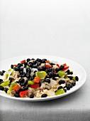 Gericht mit schwarzen Bohnen auf kubanische Art