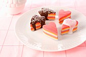 Bunte Marshmallow-Herzen mit Glasur