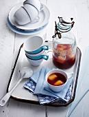Geeister Tee mit Granatapfel und Saft-Eiswürfeln