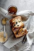 Hefegebäck mit braunem Zucker und Rosinen