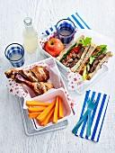 Zitrus-Hähnchenkeulen mit Karottensticks und Lamm-Sandwiches