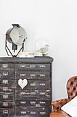 Altes schwarzes Schubladenschränkchen mit Vintagedeko