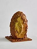 Schokoladenei mit unregelmäßiger Oberfläche und Blattrelief