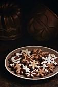 Schokoladenplätzchen, weihnachtlich mit Zuckerglasur verziert