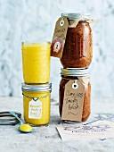 Passionsfrucht-Curd und Tomatenrelish in Einmachgläsern zum Verschenken