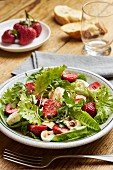 Green salad with strawberries, rocket and mozzarella