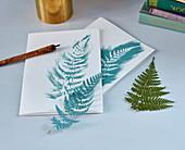 Farnblätter als Schablone für natürliche Grußkarten