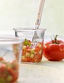 Spanischer Sommersalat im Glas