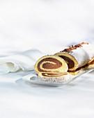 Schokoladen-Biskuitrolle, angeschnitten