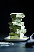 Grüne Matcha-Marshmallows, gestapelt auf Teller